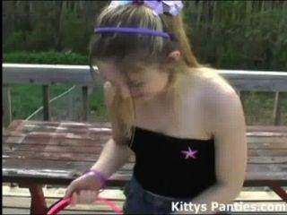 Kitty blinkt für Ostereier ihr Höschen Jagd