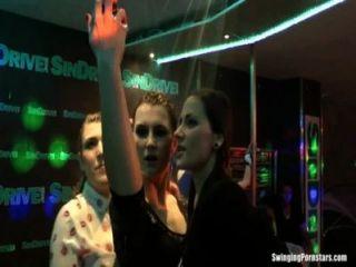 nasse Mädchen erotisch tanzen in einem Club