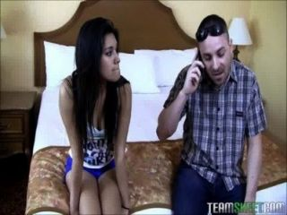 petite latina Teen mit riesigen weißen Schwanz gestopft
