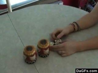 vollbusige Rothaarige hat schnell Spaß in der Küche mit ihrem neuen Spielzeug