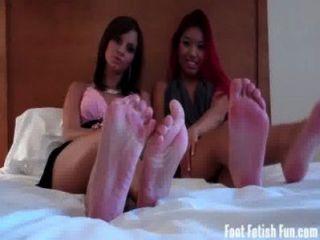 lecken unsere Füße sauber du kleine Schlampe