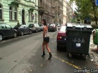 junger Kerl nimmt 60 Jahre alt Prostituierte