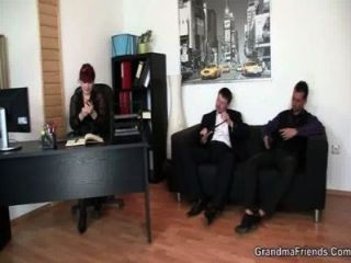 Business-Frau breitet ihre alte Pussy für zwei Hähne