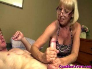 abspritzen zu lieben Oma bekommt durchnässt