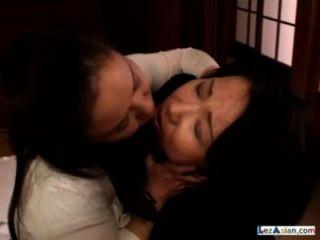2 Fett reife Frauen saugen Brustwarzen küssen auf dem Boden im Raum tätschelte