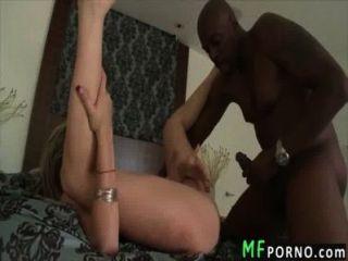 blonde Pornostar nimmt großen schwarzen Schwanz Courtney Cummz 4