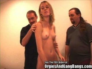 Hottie Blondie von zwei Schwänze gefickt!