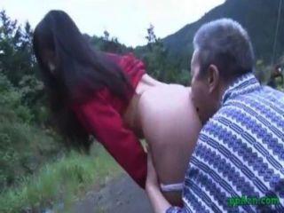 asiatische Mädchen bekommen ihre Pussy geleckt und gefickt von alten Mann cum ass im Freien bei