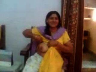 indian sex video von einem indischen aunty ihren großen boobs-rawasex.com zeigt