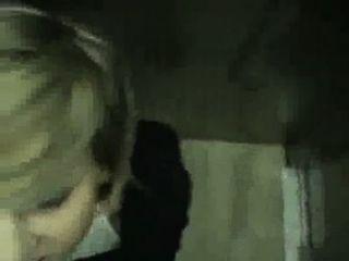 nett gf neckt und saugt Hahn in Aufzug