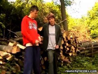 Peter und Petar gehen im Freien Homosexuell