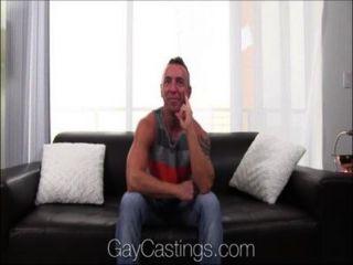 gaycastings Stud zeigt, wie man vor der Kamera ficken sollte