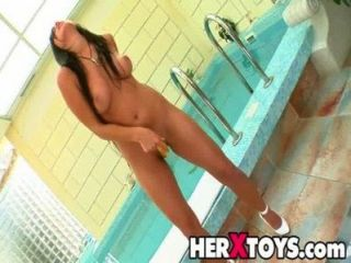 tina h spielt mit Spielzeug