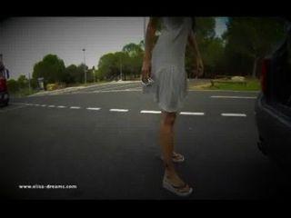 blinkend für den Lkw-Fahrer auf einem Rastplatz nackt
