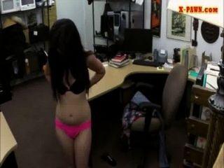 sexy latina Hardcore-Sex mit einem Kumpel in der Pfandleihe
