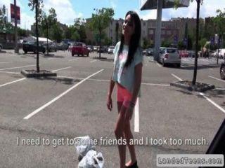 Geck fickt russische Teenager in seinem Auto in der Öffentlichkeit