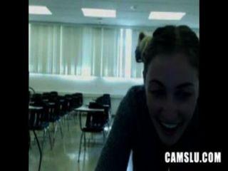 oh nein mein cute sexy Mädchen in einem Klassenzimmer masturbiert wird von camery gefangen