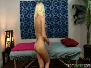 petite blonde Teen massiert und gefickt mit großen Schwanz