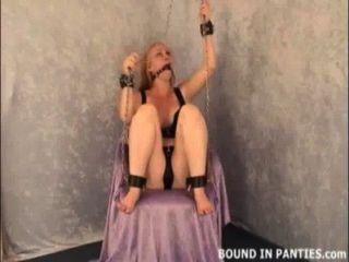 blonde MILF Tori an die Decke gekettet