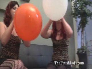 alura & felix sitzen Ballon Fetisch zu Pop