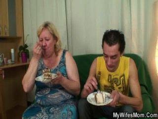 riesige Rechts titted Mutter gefällt ihm