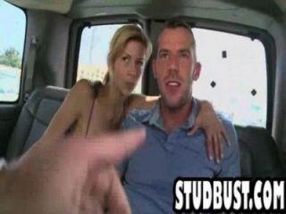 dünn und Tan Stud bekommt in einem Van gefickt ass