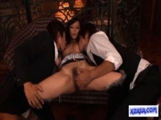 heiße asiatische Mädchen leckte spritzte, während gefingert Saugen Hahn auf der Couch gefickt