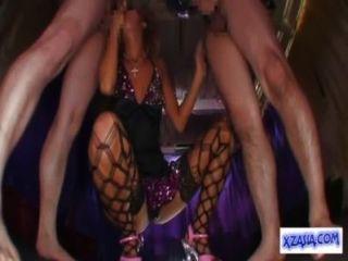 heißen gegerbt Stripper in sexy Kleid geben Blasen für 2 Jungs Hände in die cum