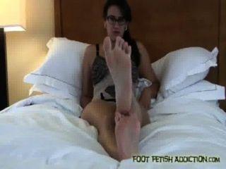 meine Zehen saugen und meine Füße, Sklave anbeten!