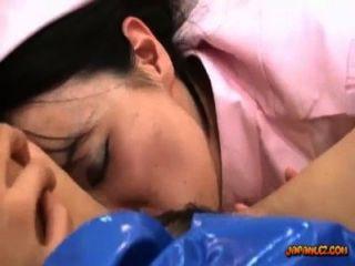 asiatisches Mädchen in der Polizeiuniform geleckt mit Spielzeug von einer Krankenschwester auf dem Bett in der gefickt