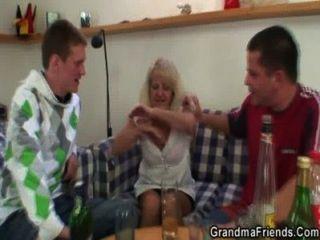hot 3some Partei mit blonde Oma