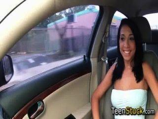 Modell Mädchen im Auto mit glatten Gespräch verführt