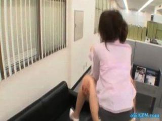 Bürodame immer ihre Muschi cum Titten Saugen Kerl auf der Couch in der gefickt