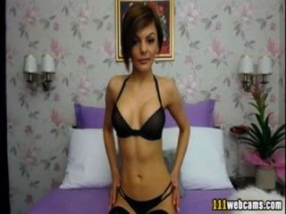 elegante Dame zeigt ihre Reize vor der Webcam