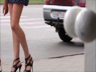 sexy Mädchen auf der Straße - Beine, Arsch und Fersen