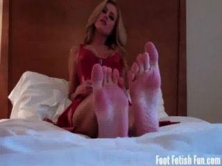 verehren meine Füße und saugen auf meinen kleinen Zehen