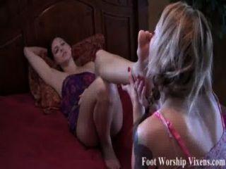 Sadie macht bella ihre müden Füße anbeten
