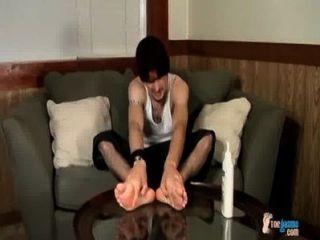 ein Hahn Reiben Fuß zeigen