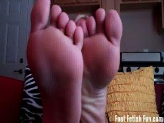 Sommer braucht ihre sexy Füße verehrt