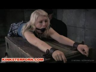 bdsm Slave ella nova in Ketten gesperrt und gequält