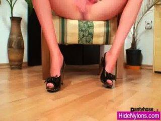euro Schönheit Alice bekam Super Beine und heiße rote Nylonstrumpfhosen