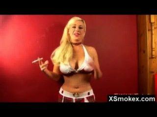 große Tölpel Rauchen Fetisch Schlampe engen gefickt