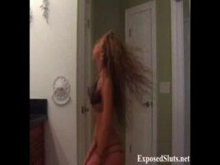 sexy blonde Webcam Mädchen hat einen nackten Striptease