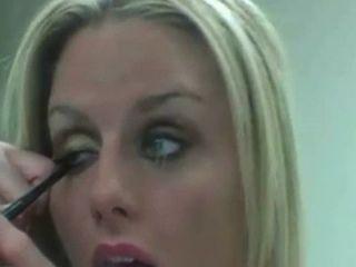 Rubia putita maquillandose