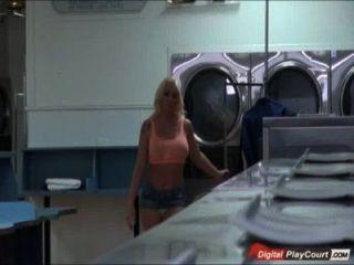 vollbusige leyla Falke saugt und fickt, während für die Wäsche warten