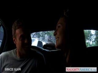 Schönheit junge Gracie Glam fucks im Auto