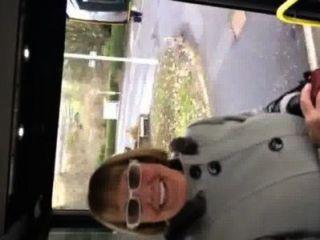 versucht, eine Oma fahren meinen Bus zu ziehen