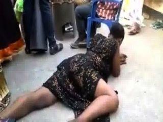 afrikanische Frau einige sexuelle Tänze tun