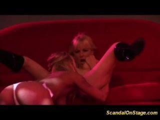 wilde lesbische Küsse auf Show-Bühne