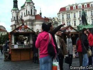 Oma Tourist wird abgeholt und gefickt